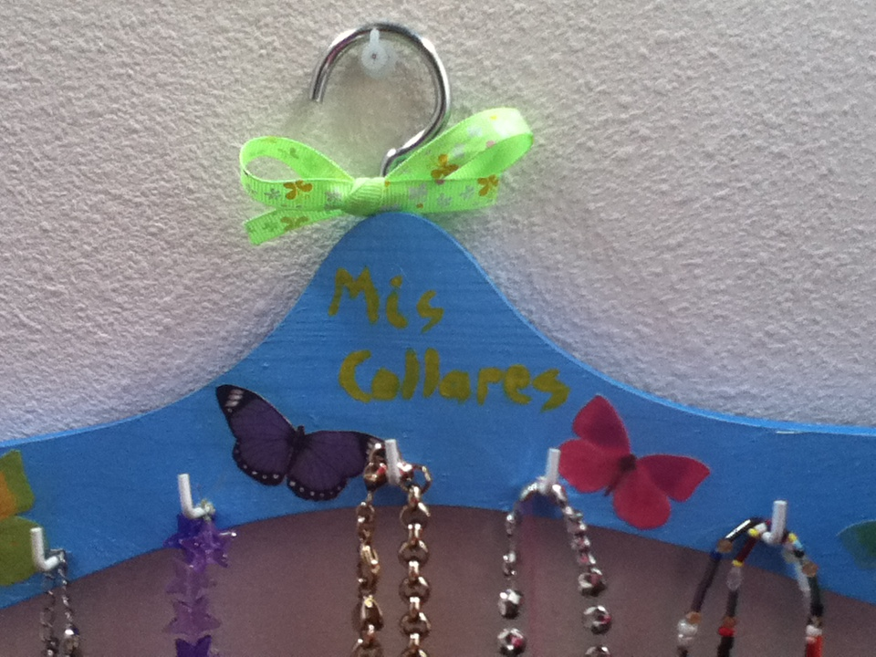 Perchas on pinterest hangers manualidades and decoupage - Manualidades con perchas ...